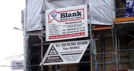schrift-bild-potsdam_Fassadenbanner Blank und Zimmerei